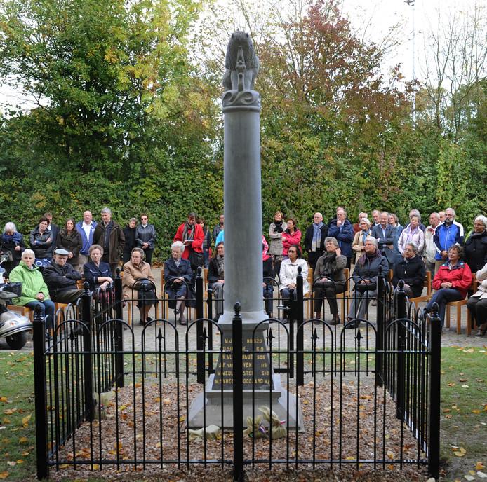 De gerestaureerde herdenkingszuil bij de Koudekerkse begraafplaats wordt opgenomen in de bunkerroute.