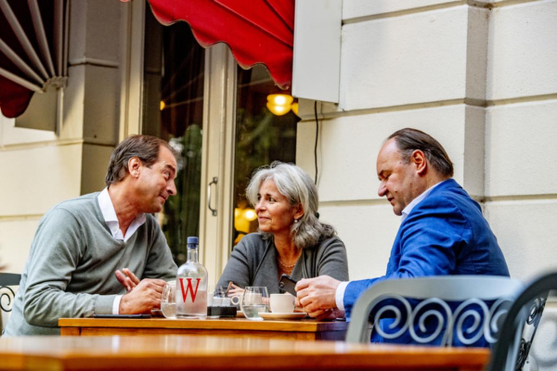 Henk Otten (rechts) met medestanders Jeroen de Vries en Dorien Rookmaker tijdens de oprichtingsvergadering van hun nieuwe beweging op een terras in Zwolle. Beeld Robin Utrecht