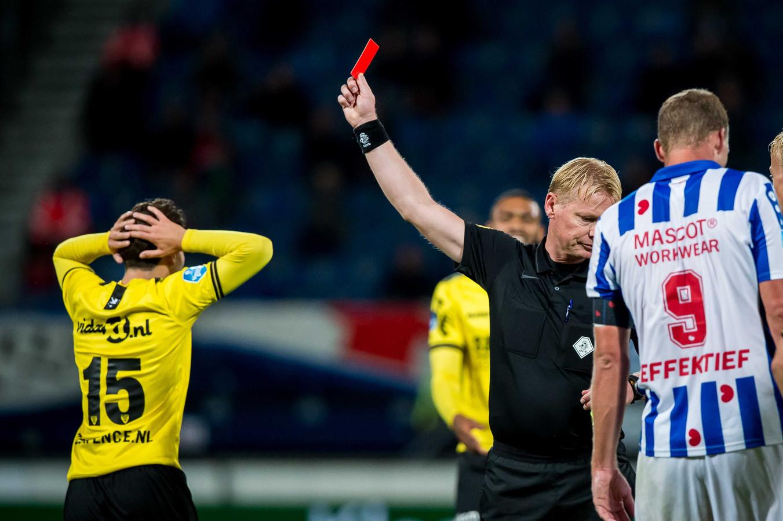 Simon Janssen krijgt de rode kaart gepresenteerd.