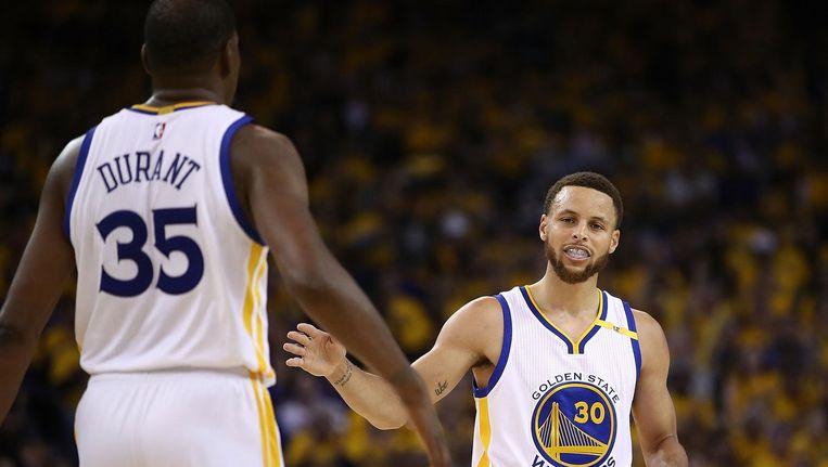 'Nieuwe koning' Kevin Durant en topschutter Stephen Curry in actie voor de Golden State Warriors tegen Utah Jazz. Beeld afp