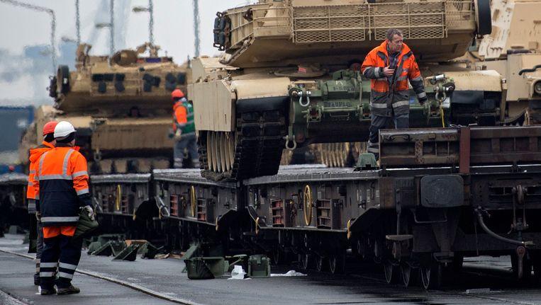 Amerikaanse tanks worden klaargemaakt voor transport per trein in Bremerhaven Beeld epa