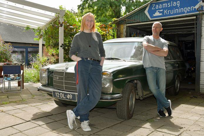 Loek en Nika Scheepers gebruiken de periode thuis, voordat ze Lieske kunnen ophalen, om aan de groene Mercedes-station van Nika te sleutelen.