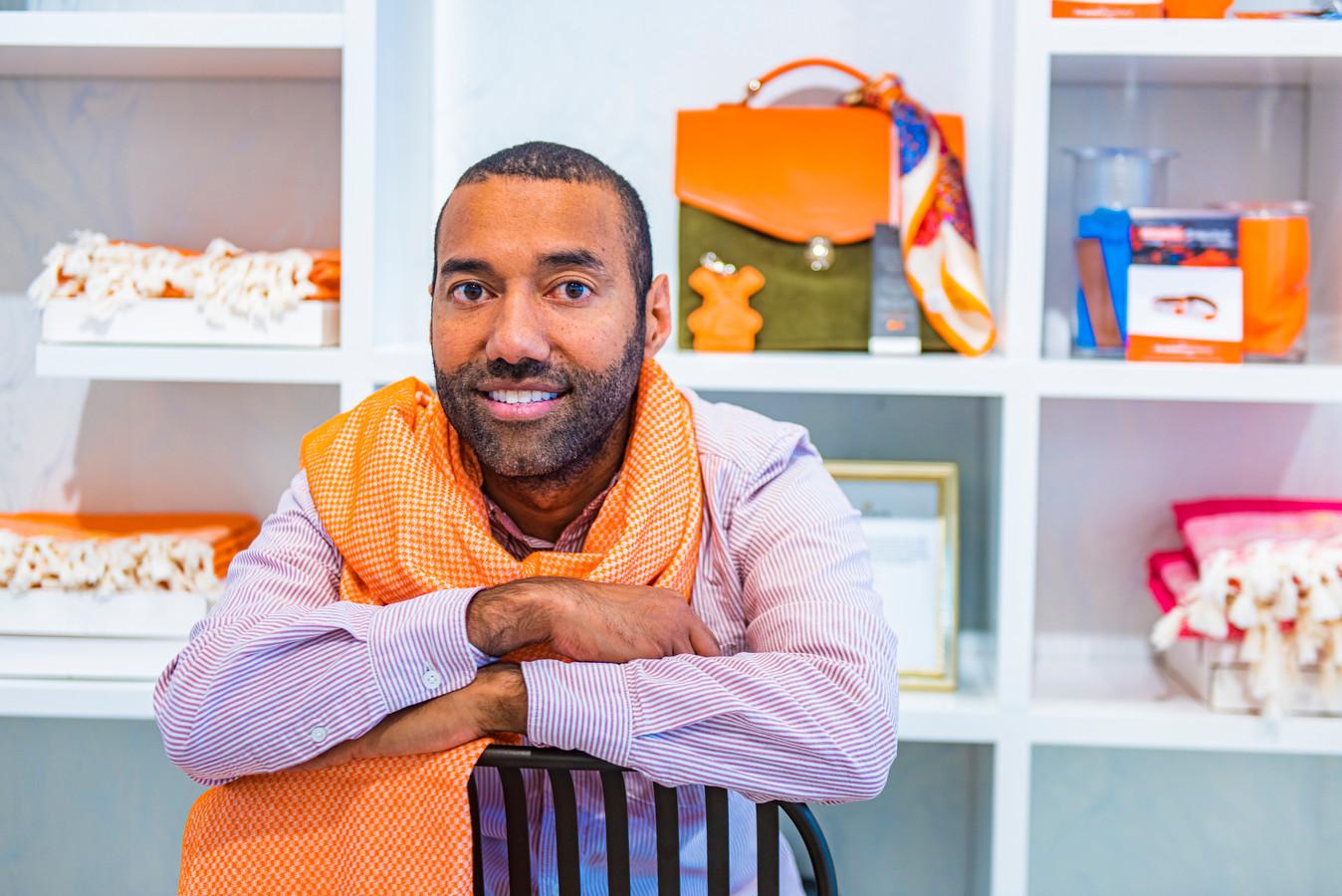 Tassenontwerper Omar Munie in zijn winkel aan het Noordeinde