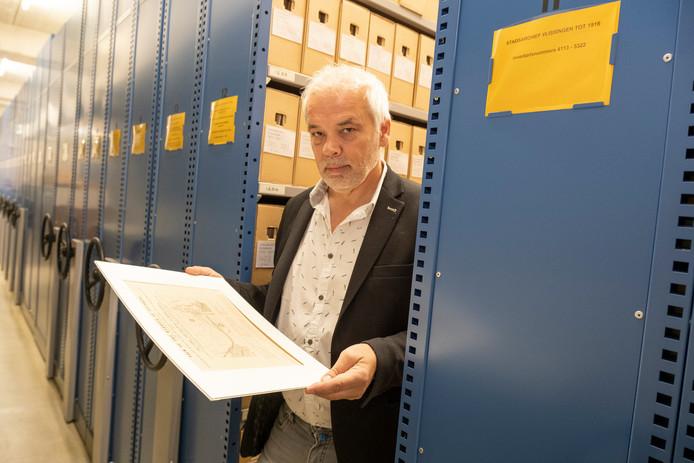 Stadsarchivaris Ad Tramper in  de klimaatbestendige bewaarplaats van het archief. Die wordt niet afgestoten, maar straks gehuurd door het Zeeuws Archief.