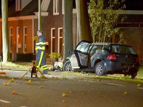 Bestuurder ernstig gewond bij aanrijding tegen boom in Lepelstraat
