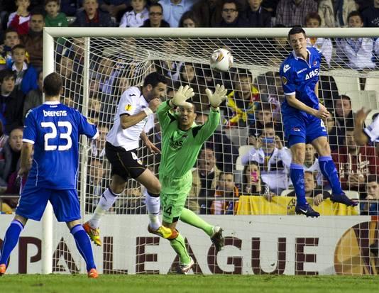AZ-keeper Esteban heeft geen antwoord op de inzet van Adil Rami. De heenwedstrijd in de kwartfinale won AZ nog met 2-1, maar in de return draaiden de Spanjaarden het al snel om.