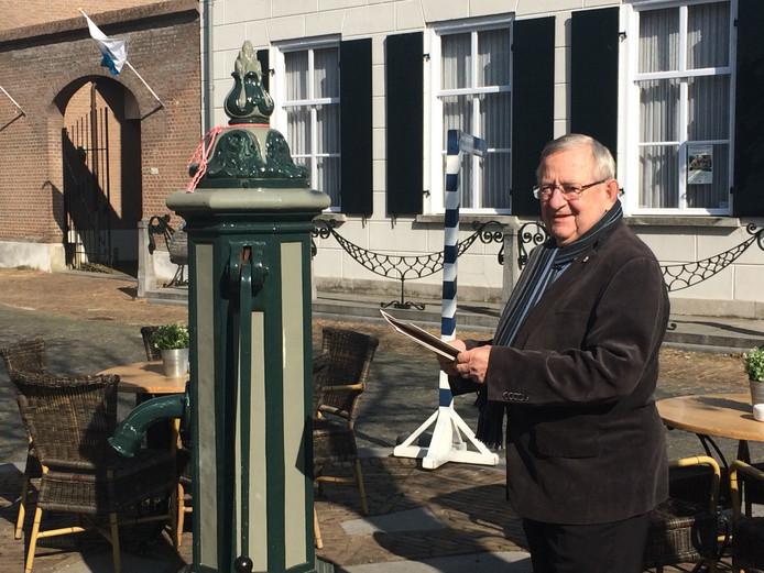 Oud-uitbater Jan van den Berg helpt z'n zoon Han nog dagelijks met het terras.
