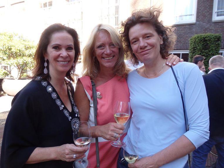 Annemarie van Gaal en oud-Paroolbaas Barbara van Beukering (met Frits in het Genevergenootschap) en politica Carolien Gehrels, hier in een thuiswedstrijd Beeld Schuim