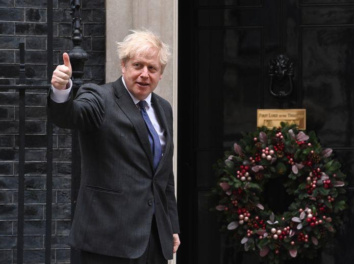 Premier Johnson voor zijn ambtswoning aan Downing Street.