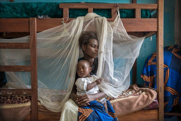 Grace Rusumba (16) verblijft samen met haar baby Willermine in een opvanghuis van de Panzi Foundation van Dr. Denis Mukwege in Bukavu, Congo. Beeld Sven Torfinn/de Volkskrant