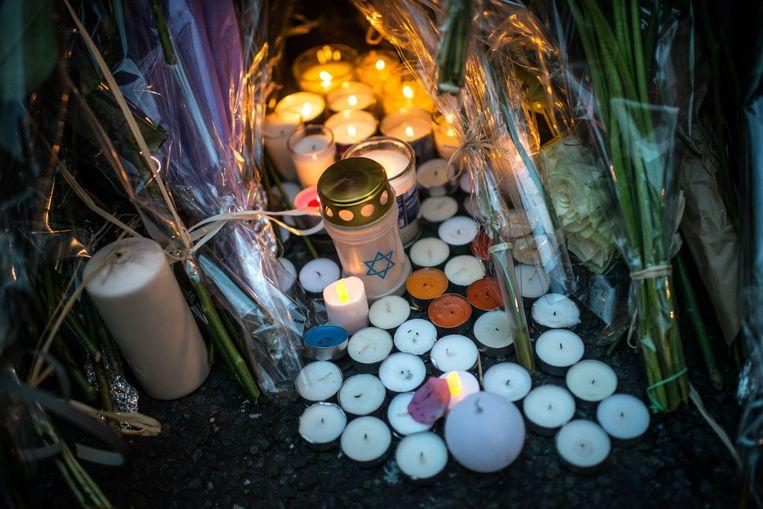 Kaarsen en bloemen voor de joodse supermarkt waar de gijzeling plaats vond. Beeld getty