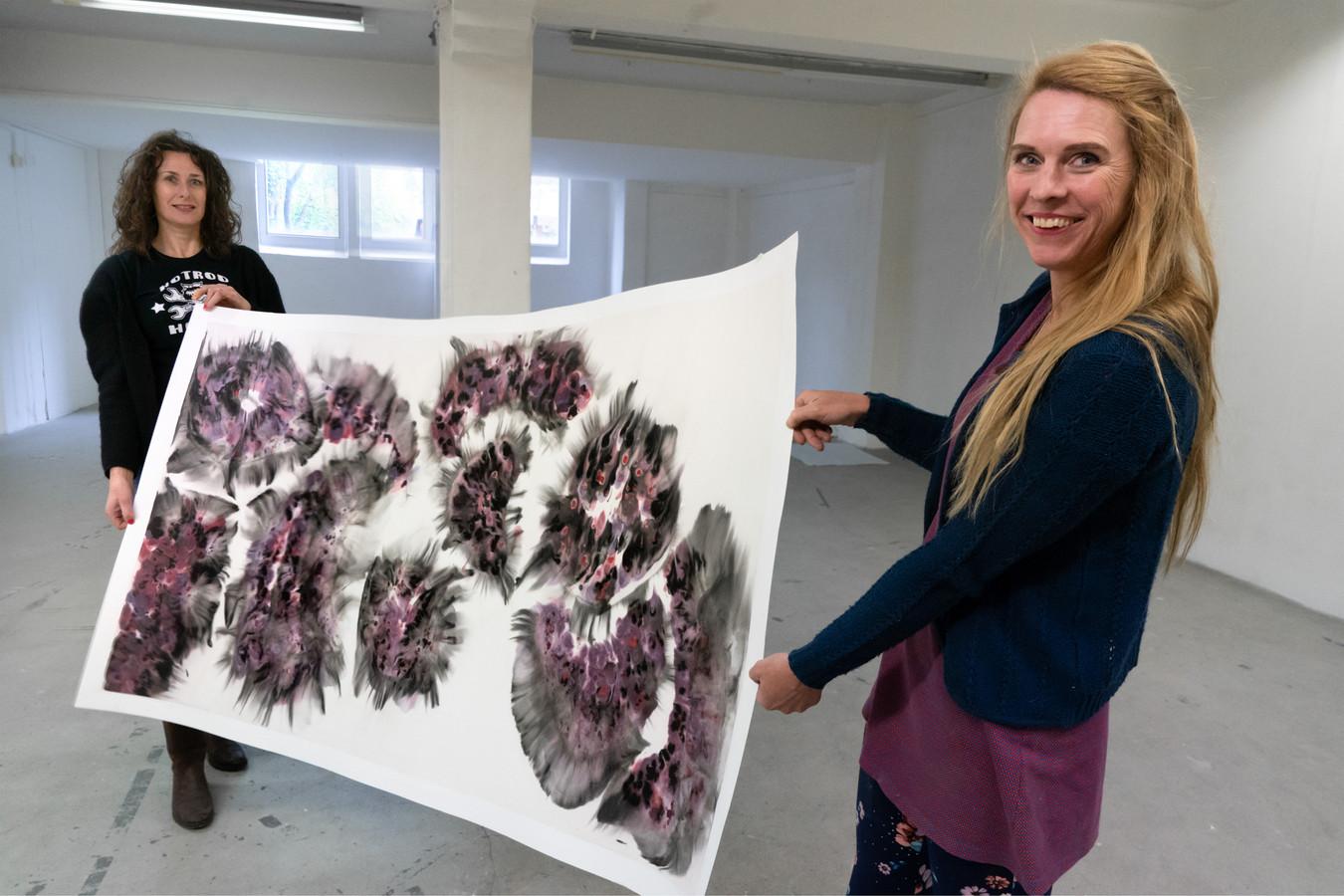 Myrthe Rootsaert (links) en Lisetteh in De Melkfabriek met een werk van Susan Reijnders. Foto Marc Bolsius
