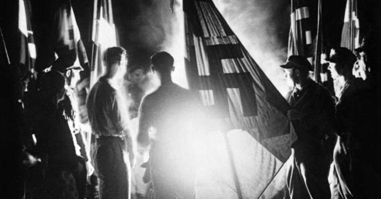 Leden van de Hitlerjeugd tijdens de viering van de zonnewende in 1934. © Hollandse Hoogte / Sueddeutsche Zeitung Photo Beeld RV