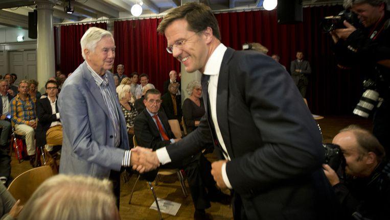 VVD-coryfee Frits Bolkestein (L) schudt Mark Rutte de hand in De Rode Hoed waar de premier de vijfde H.J. Schoo-lezing houdt Beeld ANP