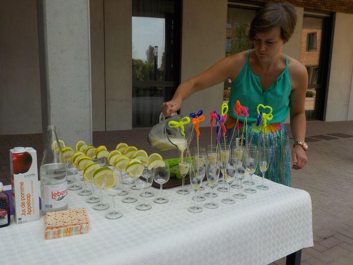 On woonzorgcentrum Oleyck worden verfrissende cocktails gemaakt als activiteit.