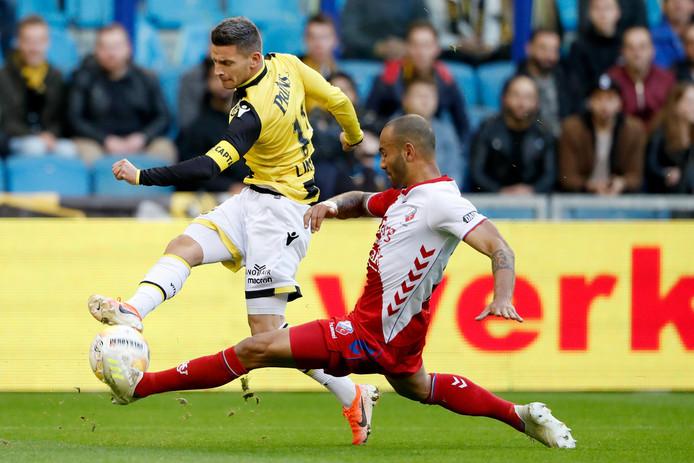 Bryan Linssen in duel met Sean Klaiber van FC Utrecht.