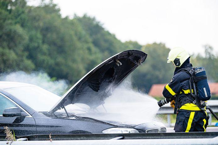 Brandweer druk doende om verdere uitbreiding van het vuur te voorkomen.