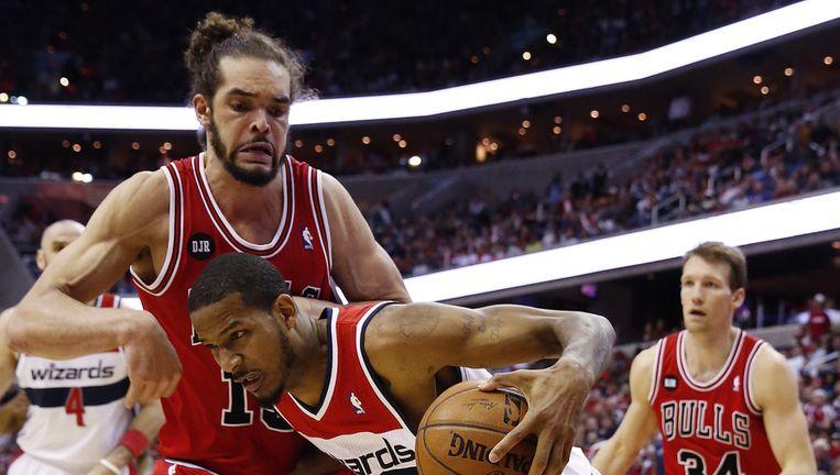 Noah probeert hier Trevor Ariza af te stoppen.
