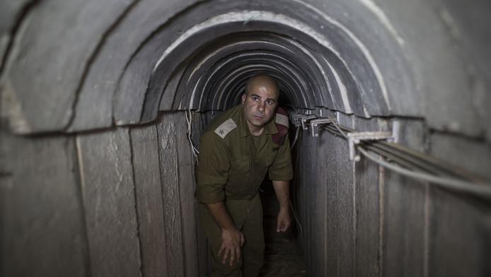Een Israëlische soldaat in een van de tunnels gemaakt door Hamas.
