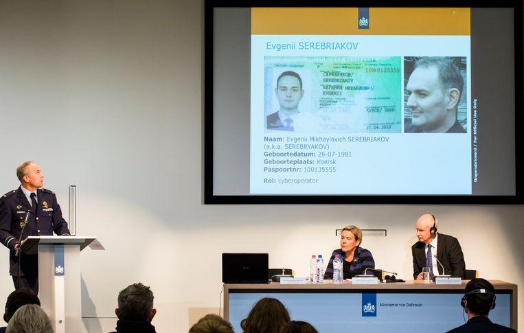 MIVD-hoofd Onno Eichelsheim, minister Ank Bijleveld en de Britse ambassadeur Peter Wilson tijdens de persconferentie. Beeld ANP