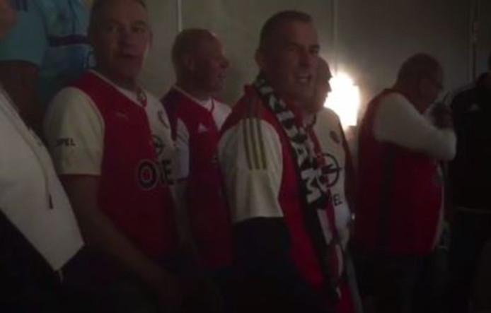 Buschauffeurs lopen vooruit op kampioenschap met Feyenoordlied.