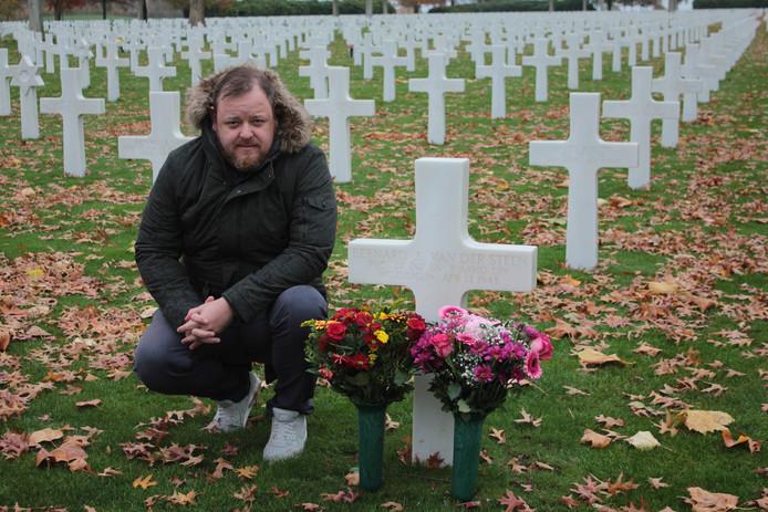 Patrick Coppens bij het graf van Bernard van der Steen op de militaire begraafplaats in Margraten.