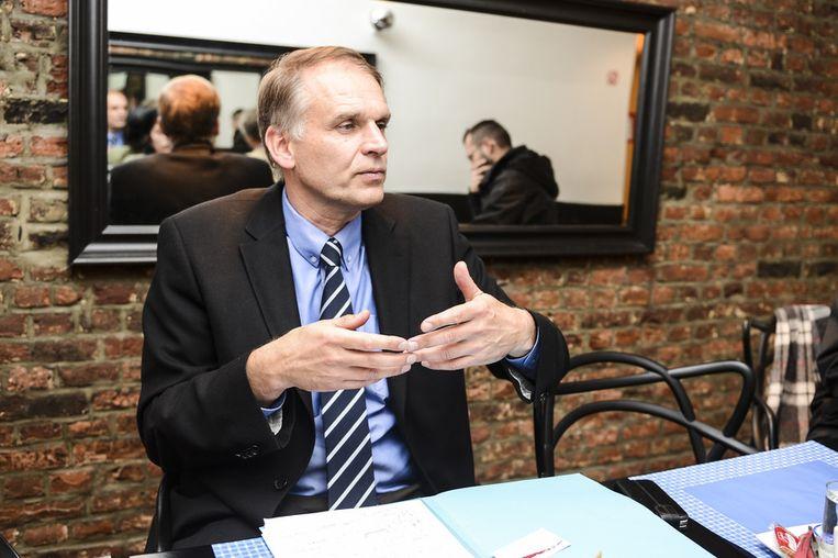 Alain Destexhe kondigt aan dat hij de Franstalige liberalen van de MR verlaat omdat hij die partij te links vindt.