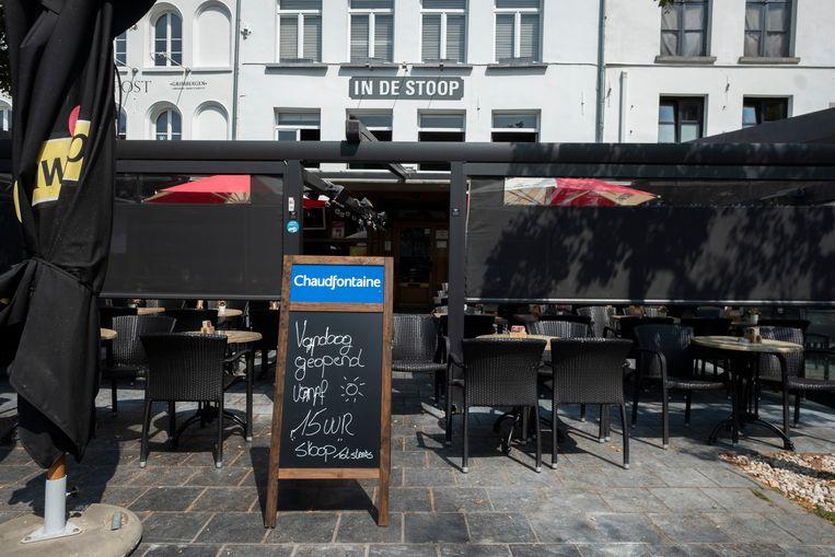 Café De Stoop op de Groenplaats gaat pas om 15 uur open vanwege de hitte.