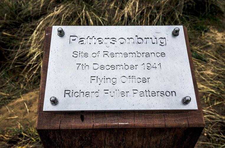 Een plakkaat verwijst naar de piloot, die op 7 december 1941 stierf.