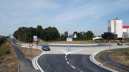Volgende week wordt gloednieuwe rotonde opnieuw opengebroken, gemeente wil dat Vlaamse Waterweg nabijgelegen brug op zelfde moment herstelt