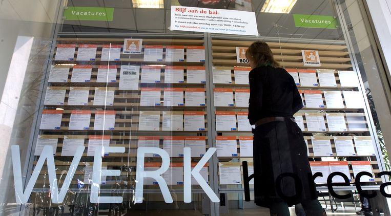 Een medewerker bekijkt de vacatures in een vestiging van het UWV WERKbedrijf in Amsterdam. Beeld ANP XTRA