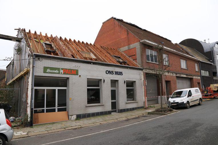 De afbraak van het bekende café is van start gegaan.