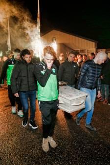 Teamgenoten dragen omgekomen Jessie (22) weg uit zijn geliefde voetbalkantine
