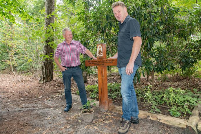 Leon Vingerhoeds (rechts) en Theo Cruijff bij kruis in het bos.