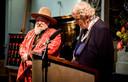 Henk Schiffmacher ontvangt een koninklijke onderscheiding tijdens lintjesregen in De Nieuwe Kerk.