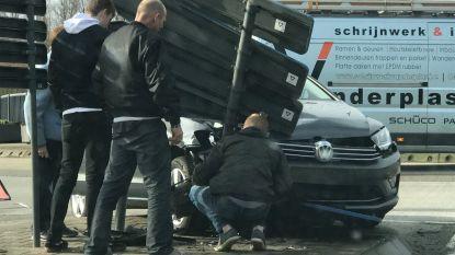 Verkeershinder op rotonde nadat auto op vluchtheuvel belandt