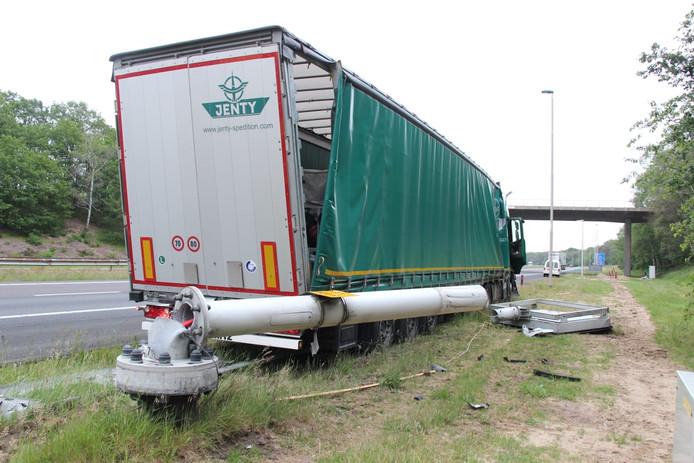 Een vrachtwagenchauffier reed op de A1 bij Rijssen tegen de vangrail aan