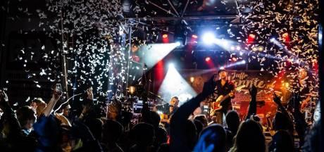 Straatfestival Zwolle gebukt onder geluidsregels: Zanger moet publiek tot stilte manen