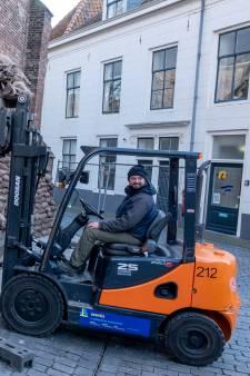 Zandzakken voor de Sint Jacobskerk; langzaam verandert Vlissingen in een filmdecor