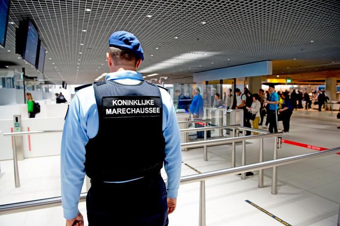 De Koninklijke Marechaussee op Schiphol Airport.