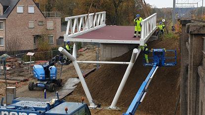 Aannemer bouwt fietsbrug over Sint-Jobsstraat