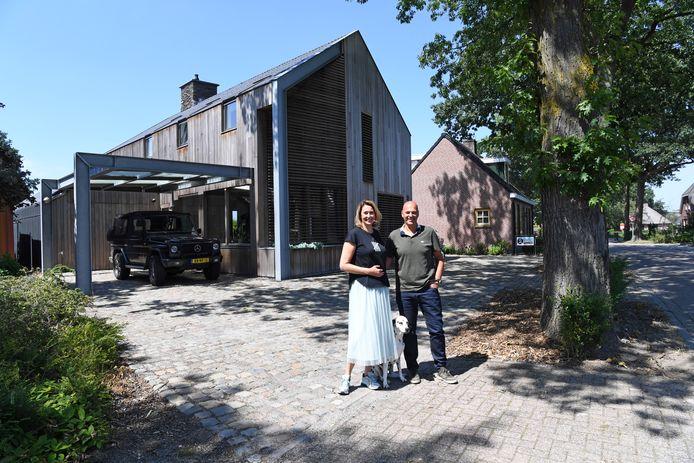 Pieter en Christien de Jong voor hun huis aan het Zandeind in Riel.