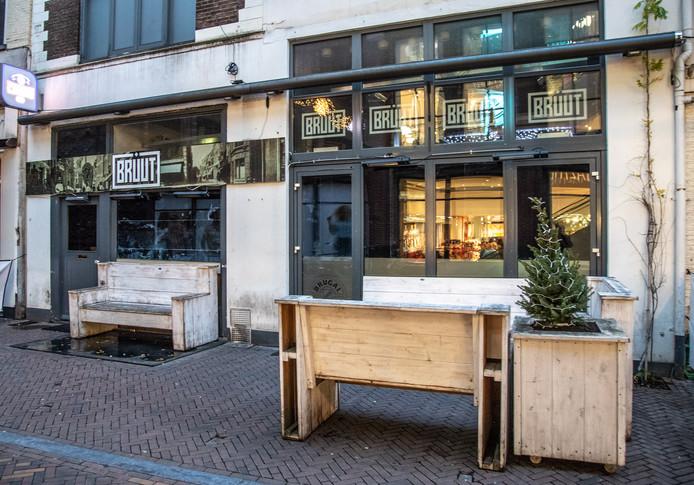 Café Bruut in de Voorstraat in Zwolle is verzegeld, nadat het een verbod van de rechter heeft overtreden.