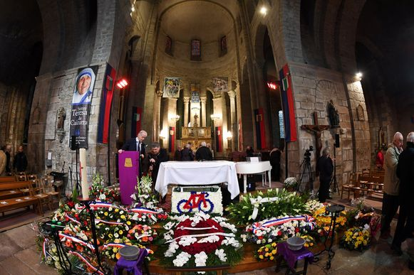 Veel bloemenkransen in de kerk van Saint-Leonard de Noblat.