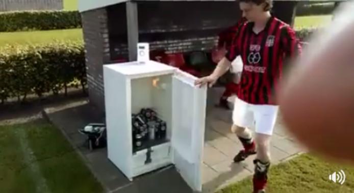 Een 'still' uit de video met daarop de 'uitvinding' van GFC Goor 5 tegen dorst tijdens een voetbalwedstrijd.