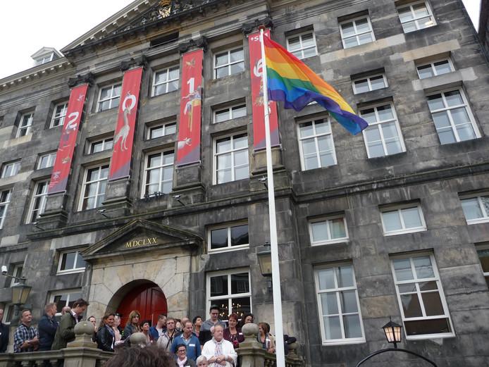 Regenboogvlag wappert voor coming-outdag