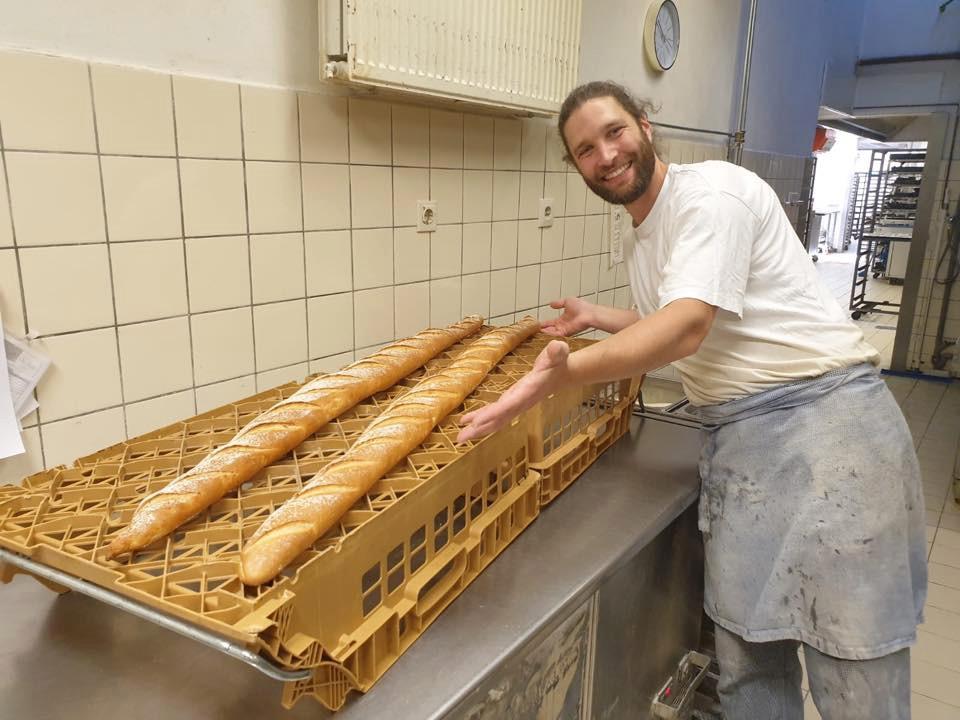 Broodbakker Arjan Bruijn met de anderhalve meter stokbroden.