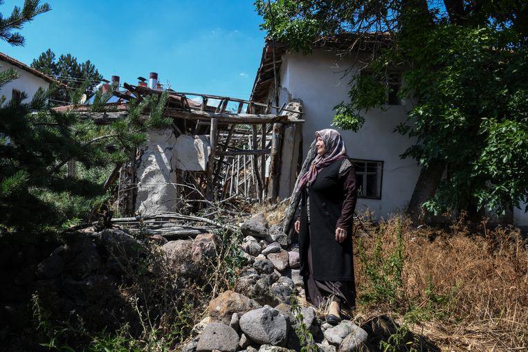 Munevver Demirtas Demir voor haar huis in Kalfat, op ongeveer honderd kilometer van de Turkse hoofdstad Ankara.  Ze is een verre nicht van de Britse premier Boris Johnson. Zijn betovergrootvader, Ali Kemal, was journalist en minister in de nadagen van het Ottomaanse Rijk. Hij woonde in Kalfat.  Beeld Getty Images