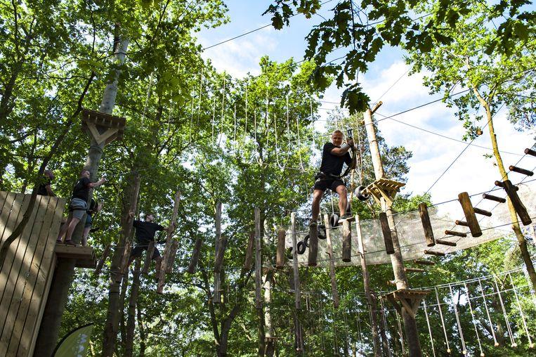 De begeleiders van het parcours testen de touwen.