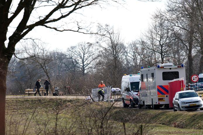 Technisch rechercheurs doen sporenonderzoek op de plek aan de Haandrik waar de dode man werd aangetroffen
